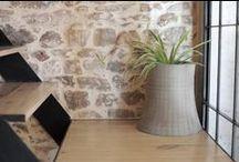 JARDINS URBAINS, QUAND LE BÉTON SE MÉLANGE AU VÉGÉTAL par Lyon Béton / Avec nos meubles et objets en béton dédiés au végétal, nous vous invitons à reconsidérer la place de la nature dans votre intérieur. Entre tendance graphique et mini potager chic, laissez libre court à votre imagination : plantes aromatiques (thym, basilic, coriandre,… ), fleurs exotiques (orchidées, cactus,…) et pourquoi pas une version revisitée du jardin zen (avec bougies et galets). Certains osent même s'en servir d'aquarium. Plus d'idées en béton sur www.lyon-beton.com/fr/