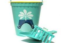 Accessoires bord de mer / ON PART EN VACANCES : DESTINATION LA PLAGE ! Les vacances de nos enfants approchent à grands pas: il est temps de prévoir valises, serviettes, jeux de plage et autres indispensables !