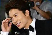 """Ji Sung ❤❤ /  Ji Sung è molto popolare della Corea del Sud attore. Nato nel 27 FEBBRAIO 1977, come Kwak Tae Geun, adottò il nome d'arte di Choi Ji Sung all'inizio della sua carriera di attore, ma poi lasciò cadere il Choi e semplicemente andato con Ji Sung. Ha fatto il suo debutto nella serie drammatica 1999 """"KAIST"""", ma è stato il suo ruolo al fianco di Lee Byung Hun nel 2003 di """"All In"""" che ha fatto Ji Sung una buona stella bona.""""Protect the Boss"""" (2011), """"Secret"""" (2013) e """"Kill Me, Heal Me"""" (2015)"""