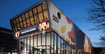 Museen in Deutschland / Mehr als 6.000 Museen in Deutschland begeistern ihre Besucher. Ob Kunst, Architektur, Kulturgeschichte, Natur oder Technik – der Vielfalt sind keine Grenzen gesetzt. Dabei zeigt sich die deutsche Museumslandschaft äußerst informativ, ideenreich und manchmal auch extravagant. Nicht wenige Museen genießen weltweites Ansehen.