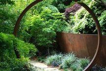 HAVENS MATERIALER OG INVENTAR / En have bygges op med gulv, vægge og loft. Mange af disse skabes med grønne strukturer - planter, buske og træer. Men andre materialer kan også bruges og er vigtige i forhold til at få skabt en spændende have.