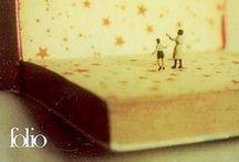 Auteurs d'histoires...Histoires d'auteurs / Des livres qui parlent des écrivains  Nous aimons les romans, et nous aimons aussi les écrivains !  Alors nous apprécions d'autant plus les romans qui nous parlent des romanciers eux-mêmes, de leur vie, de leurs états d'âme, et de leur façon d'être, avant tout, des hommes mais aussi des conteurs témoins de leur temps. Voici une sélection d'ouvrages qui vous permettront de plonger dans ces vies vouées à la création et à l'amour de la littérature.