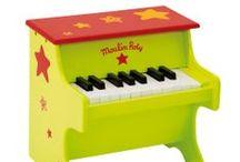 Instrumentos / pianos, guitarras, maracas, panderetas, flautas, harmónicas..