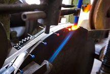Fabrication de l'épingle à tête de verre de Murano BOHIN / Ce tableau montre la fabrication des fameuses épingles à tête de verre BOHIN. Une fabrication totalement made in France, qui utilise le fameux verre de Murano, et que vous pouvez découvrir à La Manufacture Bohin!