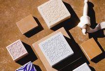 Les savons naturels de ROSE ET MARIUS / Une collection unique de savons solides et liquides, naturels, Made in Provence, gravés aux motifs emblématiques de nos carreaux de ciment. www.roseetmarius.com