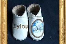 Chaussons en cuir et bébé personnalisé. / Body,Chausson en cuir, doudou, bavoir couverture personnalisé et la collection Nina et Nino
