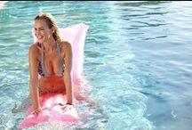 Kleurrijke bikini's bloemenprint / Badmode van Livera. Het vrolijke bloemendessin op deze bikini's wordt gecombineerd met een gestreepte print.