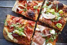 """Pizzaa!! / Pizzamme tarjoillaan """"al taglio"""" eli asiakkaan toiveen mukaisesti isoista ja höyryävän herkullisista pizzalevyistä leikattuina neliöinä. Näin saat rustiikkisen rapeat pizzamme aina omaan nälkääsi mitoitettuina oli kyseessä sitten pikkunälkä tai vorace appetito!"""