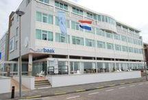 de Baak Seaside / de Baak Seaside is een professionele locatie in Noordwijk aan Zee, speciaal ingericht op trainingen en opleidingen van de Baak, op nog geen half uur rijden van Schiphol en Den Haag. Deze ruime inspirerende locatie kijkt uit over het water en biedt een verfrissende omgeving om te leren, trainen, ont-moeten en comfortabel te overnachten. Neem gerust contact met ons op. E welcome@debaakseaside.nl T +31 71 369 01 00