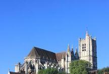 Cathédrale Saint-Etienne / Modèle d'élégance de style gothique, la cathédrale possède des portails aux bas reliefs remarquables. Les verrières du choeur et du transept confèrent une tonalité particulière aux espaces intérieurs et constituent un des plus beaux ensembles de vitraux conservé en France.