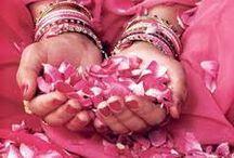 inde / J aime L INDE pour y etre allée 2 fois ..j ai été emportée transformée part  ma facon de voir les choses  par ce pays ,je n ai jamais ressenti cela .... les saris colorés ;les dégradés de couleurs ...les femmes indiennes sont belles vétues ainsi ,elles dégagent une aura ....