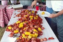 Low Country Boil Outdoor Party Planning / Outdoor entertaining can be fun and easy, as long as you have the right inspiration. Why not try hosting a low country boil this year?