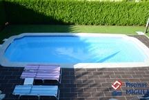 Piscinas de Poliéster / En Piscinas Miguez, disponemos de 80 modelos de piscinas de poliester de diferentes tamaños (medidas comprendidas entre 3 y 12m de longitud), con diferentes formas y diseños diversos. Ademas puede optar por una gama de colores en el recubrimiento del vaso.