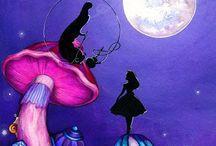 Alice in Wonderland. / I Alice i Eventyrland er det en blå piberygende larve ved navn Absolem som fortæller Alice om svampen hun skal spise for at blive stor og lille. Lewis Carolls bedste bøger Alice i Eventyrland og efterfølgeren Bag spejlet.