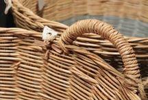 wicker baskets / vuelven las estas de mimbre con la base pintada de colores pastel, ideales para la habitación de los pequeños o para colocar en muchos rincones de la casa