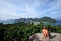 """Thailändisches Fremdenverkehrsamt / Das """"Land des Lächelns"""". Thailand, das frühere Siam, liegt von Mitteleuropa aus ca. 10.000 km entfernt in Südostasien. Es hat eine Fläche von 514.000 qkm und eine Nord-Süd Ausdehnung von etwa 2000 km. Die Bevölkerungszahl beträgt annähernd 60 Millionen, von denen mehr als 10 Millionen in Bangkok leben."""