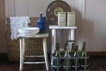 De Soetelaer Brocante bijzet tafeltjes * Old small tables / Kleine tafeltjes altijd handig om in huis te hebben. old small side tables always handy to have. www.desoetelaer.nl