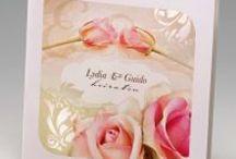 Hochzeitseinladungen mit Rosen - ein romantisches Hochzeitsmotto / Rosen werden traditionell gerne für eine Hochzeit genutzt. Als Blume der Liebe, hat sich die Rose im Laufe der Zeit durchgesetzt und  ist die beliebteste Hochzeitsblume überhaupt. Die Rose ist nach wie vor der Inbegriff von Romantik und hat je nach Farbe eine unterschiedliche Bedeutung: So stehen rote Rosen für die Liebe, Schönheit und Freude. Weiße Rosen stehen für die Unschuld & Leidenschaft und rosa Rosen stehen für die Jungend und Schönheit.
