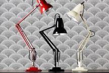 Anglepoise / Durante más de 70 años, Anglepoise ha creado lámparas de mesa que ahora son clásicos del diseño británico. Sus lámparas de mesa siguen siendo fieles al diseño original de George Carwardine, con la incorporación de características modernas, como  las bombillas de bajo consumo. Las lámparas de ahorro de energía están diseñadas para reproducir la intensidad de la luz que se exige de los profesionales, como los artistas gráficos y diseñadores.