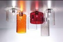 AxoLight / Inspirado en la tradición veneciana de la fabricación del vidrio, Axo Light ha explorado la más amplia gama de métodos de trabajo y materiales innovadores entre los que destacan el bambú, cristal, telas, cerámica, metal, aluminio y ABS inyectado, soluciones de iluminación de alta tecnología en línea con la creciente demanda de fuentes de luz de ahorro de energía.