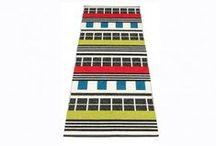Pappelina / Pappelina diseña y fabrica alfombras, esteras de plástico, mantas, almohadas, toallas de cocina y mucho más, estando a favor de un diseño sencillo y funcional de alta calidad.