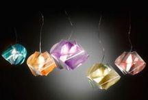 Slamp / Slamp es sinónimo de lámparas de diseño moderno para iluminación interior. Lámparas colgantes lámparas de mesa y lámparas con diseños únicos. Un taller creativo que invita a los grandes maestros a dialogar con un equipo joven, fascinado por el futuro, alimentado por sueños, proyectos y pasión.