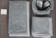 Bagno tessuti / Asciugamani, tappeti, ceste bagno. Decine di prodotti artigianali e collezioni di oggetti per la casa realizzati in cotone tinto in filo,lino, canapa, lana, cashmere e seta per arredi di alto livello made in Italy.