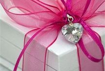 Inspirations- gifts / Zbiór inspiracji dotyczących pakowania prezentów- spora ilość projektów DIY i darmowych szablonów do pobrania.