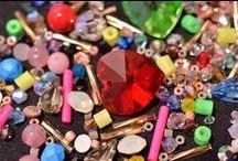 Nossos Produtos / Uma grande variedade de cristais, pérolas, pingentes de lapidados, miçangas, canutilhos aplicações diversas em bijuterias, bordados em geral.