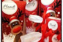It's Christmas time! / Wunderschöne Geschenkideen für Ihre Lieben! Spezielle Weihnachtseditionen, Geschenkgutscheine und natürlich Düfte, Düfte, Düfte! Dazu noch liebevoll von uns verpackt - so ist Ihnen ein besinnliches Weihnachtsfest sicher!