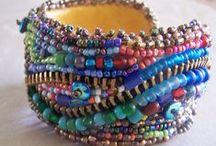 Acessórios e Bijuterias / acessórios, bijuterias customizadas com cristais, pérolas, strass, miçangas e pedrarias em geral.