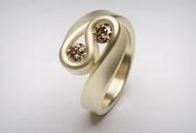 Leen Heyne sieraden / Vakmanschap en pure krachten gebruikt Leen om zijn sieraden te vervaardigen. Ieder stuk wordt met de hand gemaakt. Hij is een echte ambachtsman. Een goudsmid. Materialen: goud, zilver, diamanten.