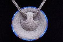 Jewelry elsewhere / Le bling-bling, le tape à l'œil ou des idées simples à porter aux oreilles ou à son cou.