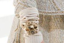 Divat ❤ Elbűvölő Részletek / A divat művészet. Mi sem bizonyítja ezt jobban, mint a kifutókon megjelenő csodálatos ruhák részletgazdagsága. Rajonok az apró rátétekért, a meghökkentő elemekért, az elbűvölő táskákért és cipőkét. | #divat #stílus #kifutó #részletek #tervezők #TavasziNyári #ŐsziTéli #fashion #runway #SS #FW #details