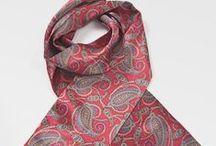Krawattenschals / Edel, sportlich und lässig - dieser stilistische Spagat gelingt mit einem Krawattenschal besonders überzeugend. Ein unverzichtbares Basic der Männermode welcher in jedem Kleiderschrank zu finden sein sollte.