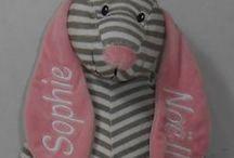 TutKnuffel borduren / Geborduurde knuffels met lange oren in de kleuren roze, grijs en blauw 3 verschillende soorten. Tutknuffel en tutdoek en tutdoek speen. http://www.borduurkoning.nl/shop/baby_artikelen/tutpoppetje