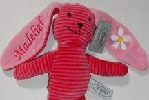 Gestreepte knuffels borduren / Gestreepte knuffeltjes met rammel geluid. Op de oren wordt er geborduurd,te verkrijgen in 4 verschillende kleuren, fuchsia, turquoise, groen en grijs. Te bestellen in onze webshop http://www.borduurkoning.nl/shop/baby_artikelen/knuffel