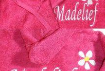 Badjasjes borduren met naam / Baby, kleuter, peuter en kinderbadjasjes in vele kleuren te verkrijgen. Naam op borst, achterzijde of los te bestellen in onze webshop