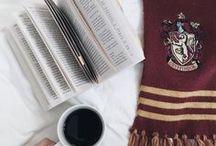 Harry Potter / Jest to tablica o najciekawszych przedmiotach z Harrym Potterem takich jak np. książki albo koszulki...oraz najlepsze rysunki Harrego Pottera.