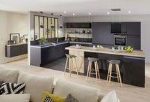 La Cuisine / Dans un petit espace, la cuisine ouverte sur le salon permet d'agrandir le séjour. Qu'elle soit dans des tons neutres ou plus colorés, peu importeles styles: la cuisine ouverte doit laisser la part belle à la lumière. L'atout de charme: la verrière intérieure.
