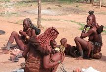 Namibia - Africa Experts / Namibia on meille suomalaisille tuttu presidentti Ahtisaaren rauhanponnisteluista. Ambomaa on myös meidän kirkkomme lähetystoiminnan ensimmäinen ja vieläkin tärkeä kohde. Namibian kansat elävät vielä traditionaalisilla tavoillaan. He ovat sopeutuneet kuivan ja kuuman ilmaston maaperän ankariin olosuhteisin.
