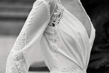 Mariage Retro // OR DU MONDE / Retour dans les années 20 pour un mariage rétro chic où l'on plonge dans une atmosphère mêlant luxe, fête somptueuse, amusements et exubérance. Robe version dentelle ou bustier, gants, perles, bandeau de cheveux ou voilette, smoking, nœud papillon ou complet à col châle sont de mise pour coller à l'ambiance années folles. Une décoration chinée mêlant romantisme, légèreté & nostalgie dans ce moment fort en émotions ! #love #amour #mariage #rétro #vintage #années20 #alliance #wedding #ordumonde