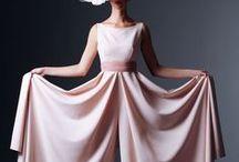 Mariage Moderne // OR DU MONDE / Un mariage moderne, sophistiqué et romantique (mais pas glacial !).  Des détails graphiques dans des nuances contrastées ivoire, rose tendre, blanc, noir, avec des éclats de couleurs flash pour réveiller l'ensemble. Une palette tonique, des couleurs tranchées, une robe sans fioritures voire une bride totalement affranchie du look traditionnel optant pour la combinaison pantalon pour dire 'Oui' ! #love #wedding #mariage #alliance #modernité #ordumonde