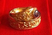 Gold Or Platinum Rings For Couples / Getting matching wedding bands to show your commitment to each other.