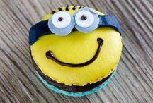 Macarons mit Ganache-Füllung / Vollmilchkuvertüre, Zartbitterkuvertüre und weiße Kuvertüre mit Sahne und einem leckeren Aroma zu einer Füllung für Macarons, Torten und Cupcakes verarbeitet.