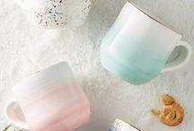 Porzellan gestalten / Oma's altes Kuchenservice musst du nicht gleich wegwerfen! Finde tolle DIY Ideen, wie du altes Porzellan upcyclen und langweiliges Geschirr hübsch gestalten kannst.
