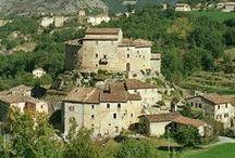 Acquasanta Terme / Acquasanta Terme si trova lungo il tracciato della Via Salaria, dove il torrente Garrafo confluisce nel Tronto. Il Territorio esteso su 138 kmq, con altitudini tra i 200 e i 2000 metri, comprende circa 50 frazioni disseminate in un territorio vasto e mutevole, situato entro il Parco Nazionale del Gran Sasso – Monti della Laga.