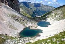 Monti Sibillini / I Monti Sibillini sono una catena montuosa costituita interamente di roccia calcarea, con formazioni geologiche risalenti sopratutto al Mesozoico. Hanno una forma allungata e ad esso appartengono le principali vette dell'Appenino Umbro-Marchigiano: Monte Vettore (2.476 m.), Monte Priora (2.332 m.), Monte Sibilla ( 2.173 m.).