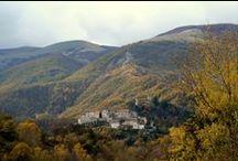 Arquata del Tronto / Arquata del Tronto situata a 777 metri s.l.m, si estende nella zona sud-occidentale della Regione Marche, a contatto con altre tre regioni: l'Abruzzo, il Lazio e l'Umbria.