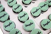 Słodki stół czyli cup cake, mini cake / Cup cake, mini cake, ciasteczka, mikro ciasteczka - krótko mówiąc proponujemy coraz bardziej popularny na weselach czy eventach słodki stół. Słodkie stoły na każdą okazję, w każdym kolorze i na różne sposoby, a wszystko to w stylu angielskim (sugarcrafting).